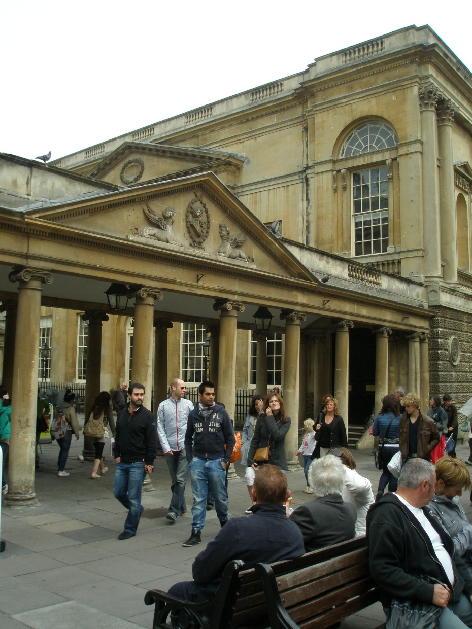 Today's Crowd at the Abbey Churchyard Colonnade is not quite as tastefully attired as Jane's Regency-era acquaintances were.