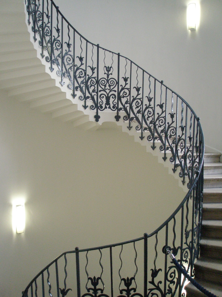 "The first reference to the iron handrail design as ""tulip"" was in 1694. Despite this, the flowers are probably stylized fleurs-de-lys, to honor Queen Henrietta Maria."