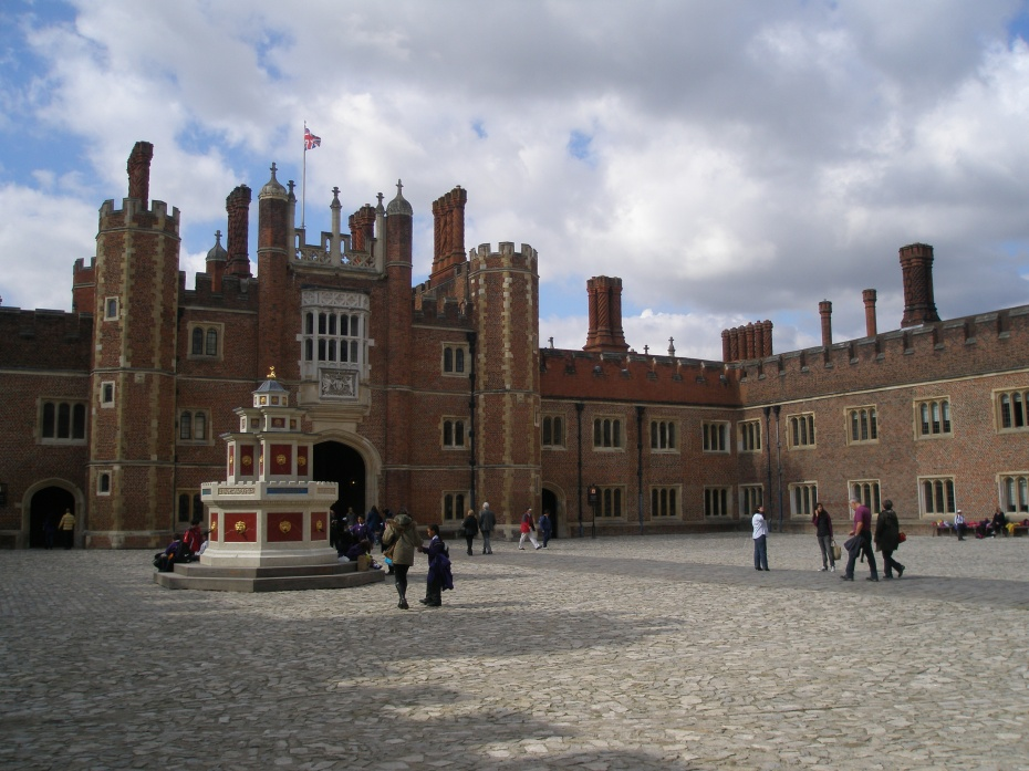 Base Court, the Palace's largest courtyard, with a reproduction of the Wine Fountain made for Henry VIII in 1520