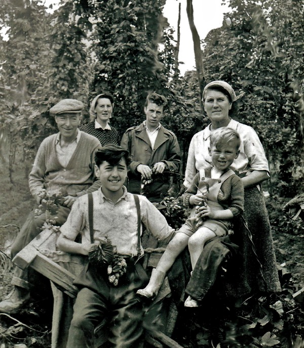 A Hop-Picking Family, in 1958. Image courtesy of Spitalfields Life.