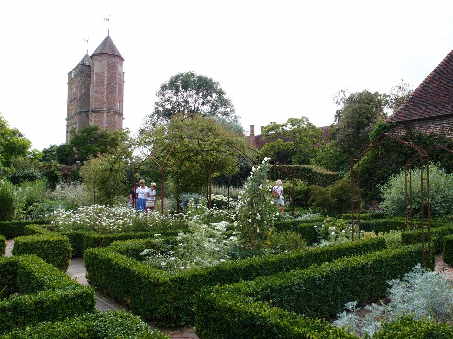 The White Garden was the last of the gardens at Sissinghurst to receive its identity. Until 1950, it had been filled with a miscellaneous collection of flowers, in mixed colors. It was Vita's idea to plant a garden where white flowers would glow in the moonlight.