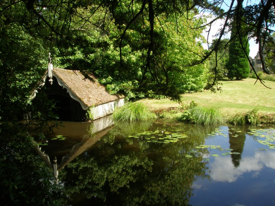 We passed the gabled Boathouse, which is on the path that wends its way around the stewponds that surround the Isthmus where a sculpture by Henry Moore stands.