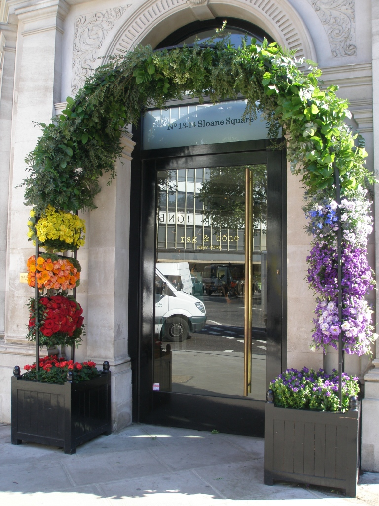 Rag & Bone, which is located at one corner of the Sloane Square Hotel's block, presented a much simpler display in 2014 than their 2013 entry in the Chelsea in Bloom competition...which had won them a Gold.