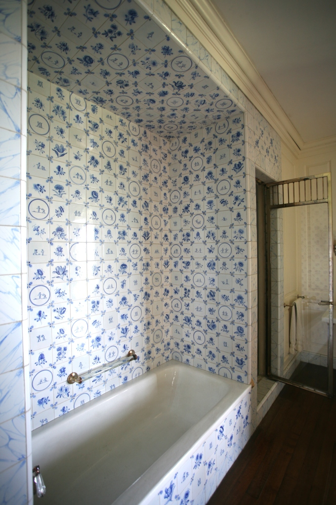 At one end of Cornelius' tub is a shower stall. Only the men of the household had shower stalls built into their bathrooms. The ladies of the house had no showers, and had to make do with tub-soaks. Discuss....