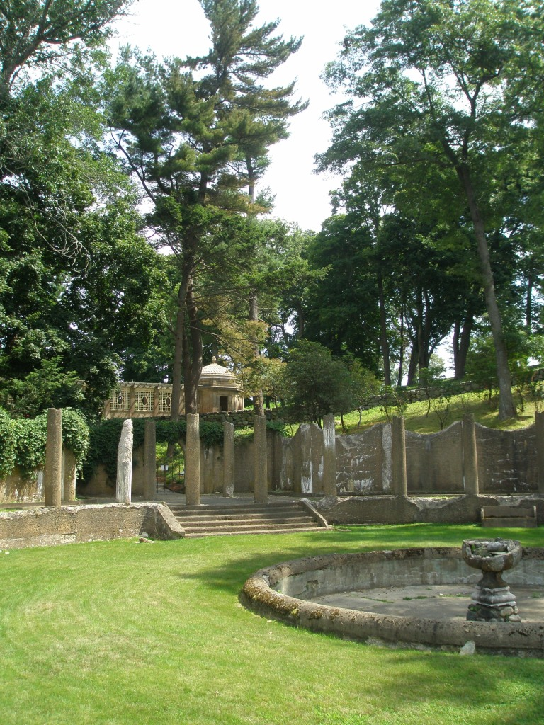 After my deer-encounter, I turned back into the Rose Garden. Uphill, the dome of an Italian Garden Tea House is visible.