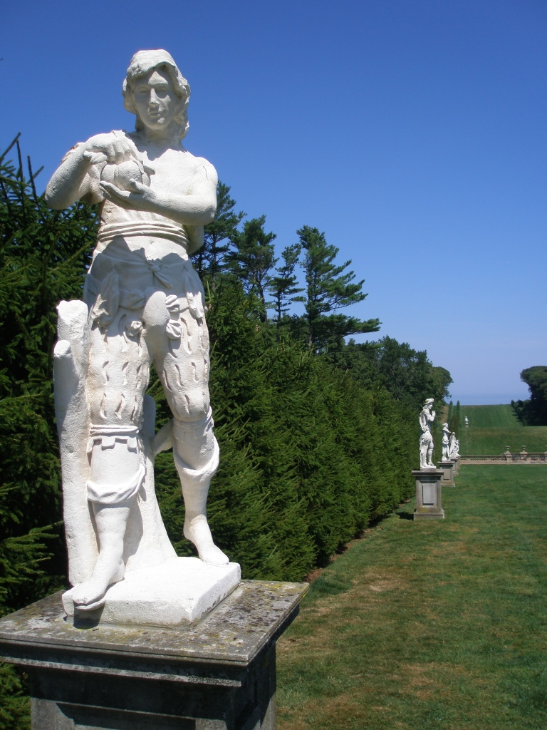 Statues on the west side of the Allee