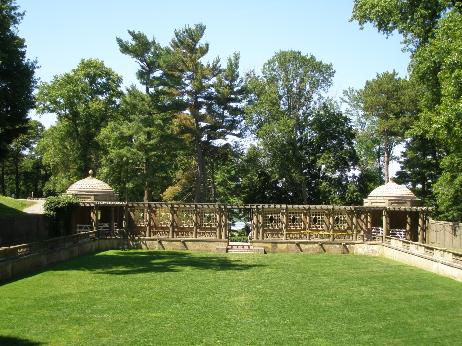 At the western-most end of the Italian Garden is a pergola, which connects two octagonal tea houses.