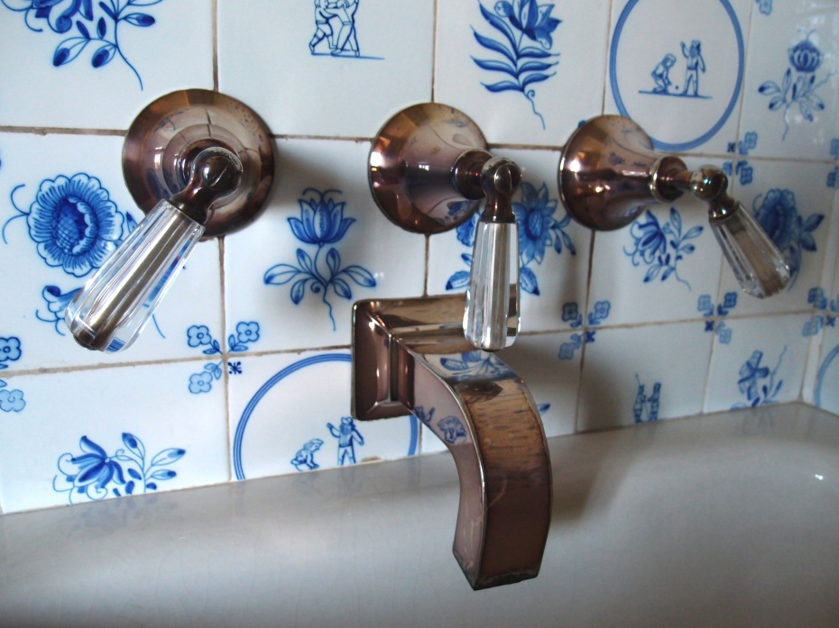 Fixtures on Cornelius' tub. Just rest your eyes upon this loveliness, and dream of taking a bubble bath...