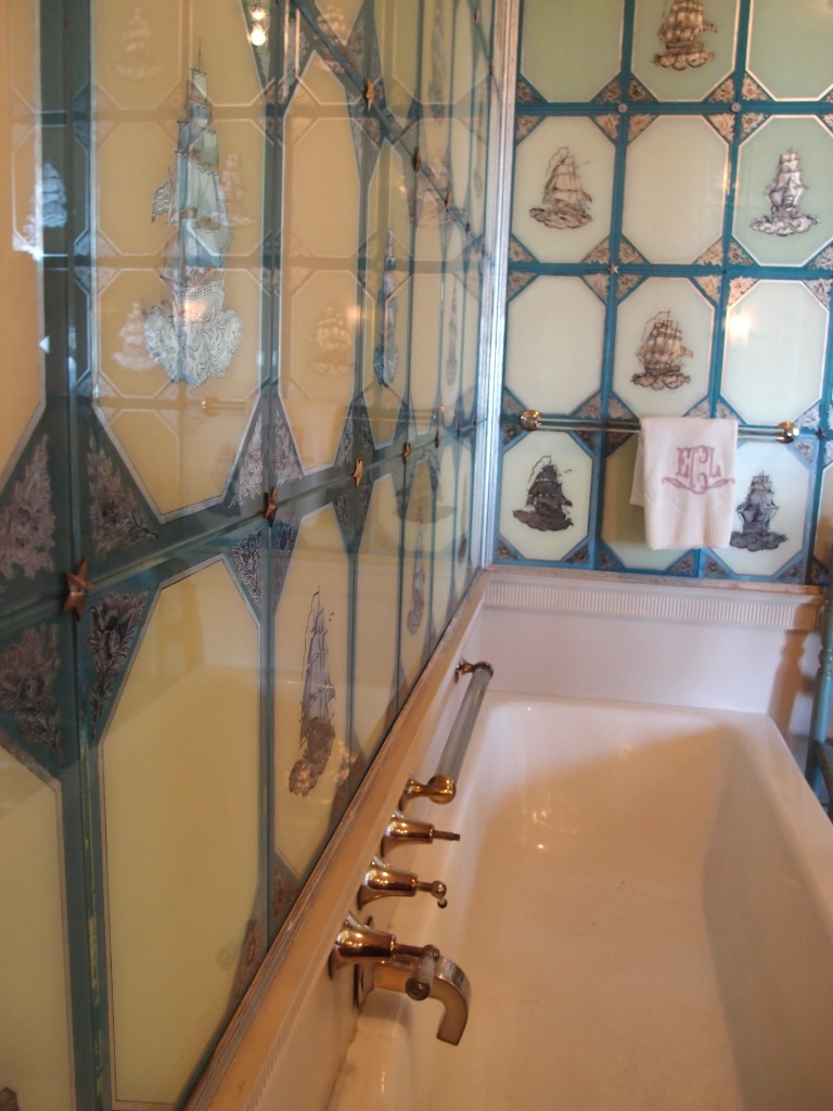 Florence's very narrow bathtub. Just looking at the slender width of this makes me feel grossly overweight...