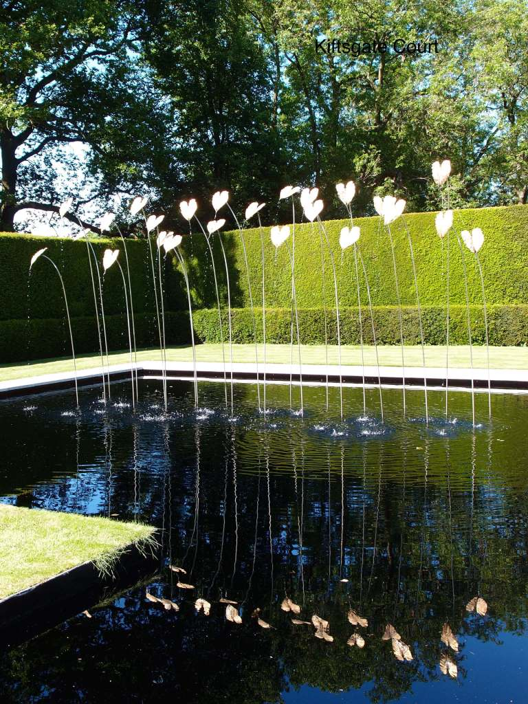 Sculptor Simon Allison designed 24 stainless steel stems that are topped with gilded bronze leaves molded from a philodendron. The stems sway gently in the wind and reflect well in the dark water. Every 5 minutes, water begins to stream from the tips of the leaves.