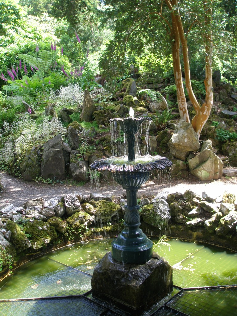 The Fernery is centered upon a Fountain, and enclosed by walls of water-worn limestone and quartz.