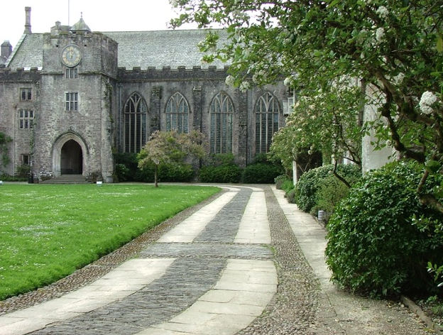 Courtyard drive, leading to the Great Hall. Photo by Anne Guy.