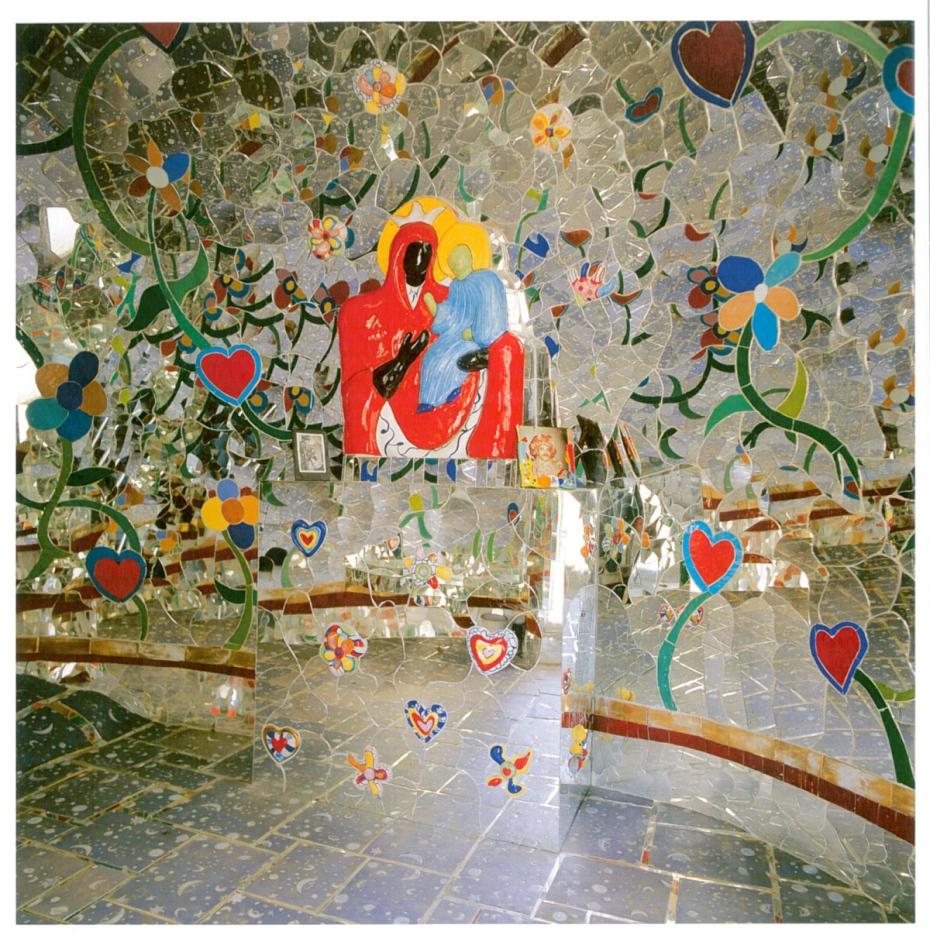 Interior of Temperance Chapel. Image courtesy of Il Fondazione Giardino Dei Tarocchi.