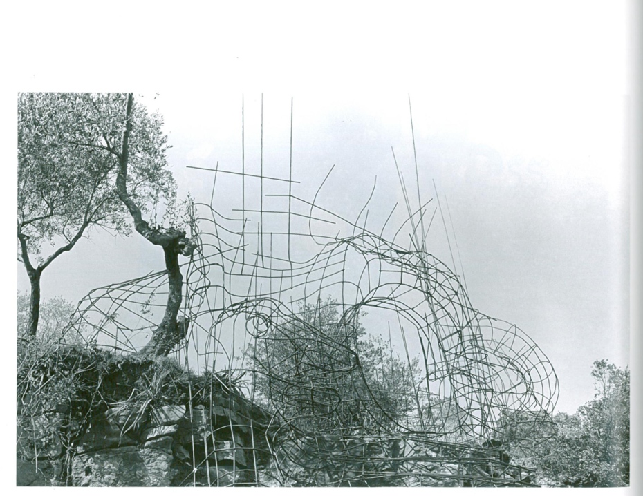 The High Priestess, in 1979, in her earliest stages of construction, as rebar begins to be welded. Image courtesy of Il Fondazione Giardino Dei Tarocchi .