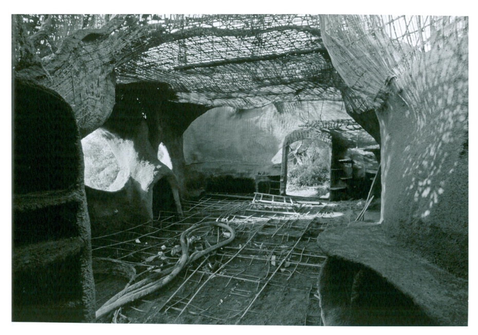 The main living area of The Empress, in 1983. The first layer of cement had just been applied. Image courtesy of Il Fondazione Giardino Dei Tarocchi.